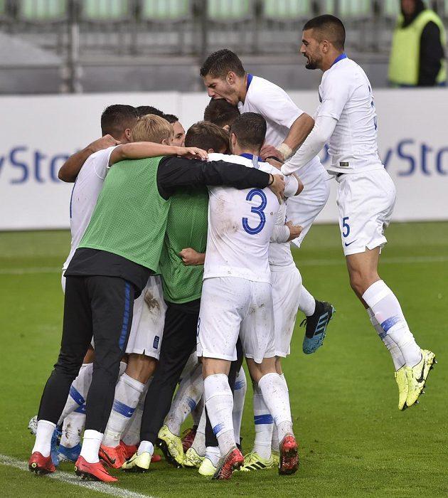 Hráči Řecka se radují z prvního gólu.
