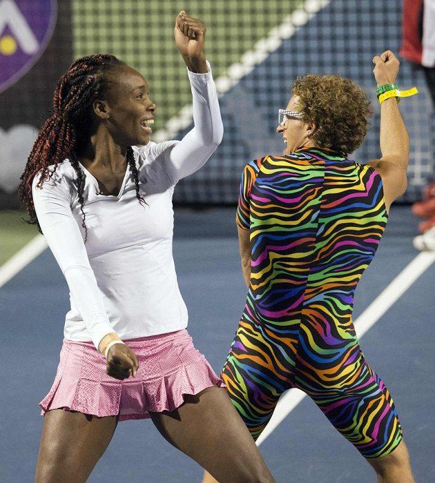 """Americká tenistka Venus Williamsová během tanečního vystoupení s Kanaďanem Andym Rimerem přezdívaným """"Spandy Andy""""."""