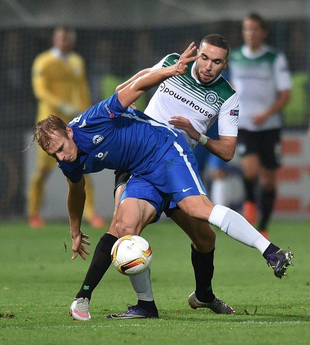 Liberecký obránce Lukáš Pokorný (vlevo) a útočník Groningenu Mimoun Mahi v utkání Evropské ligy.