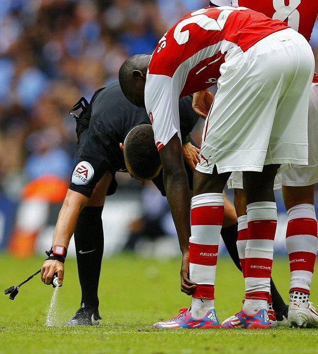 Rozhodčí zápasu o Charity Shield mezi Arsenalem a Manchesterem City Michael Oliver poprvé využívá pomoc mizejícího spreje na území Anglie.