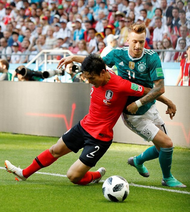 Německý reprezentant Marco Reus v souboji s Korejcem I Jongem.