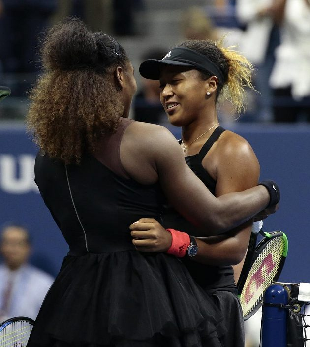 Naomi Ósakaová přijímá gratulace od Serena Williamsové