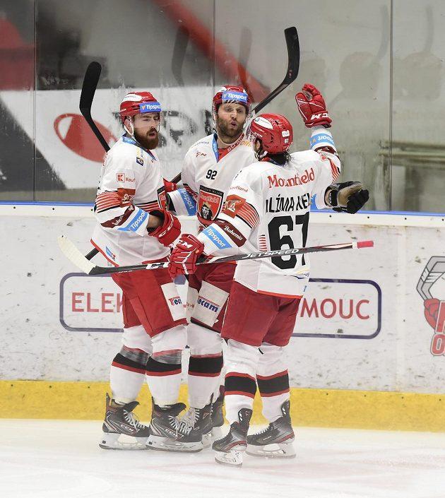 Hráči Hradce Králové se radují ze čtvrté branky, uprostřed autor gólu Vladimír Růžička mladší.