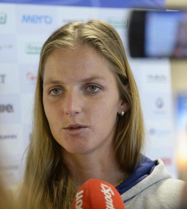 Karolína Plíšková na pražském letišti před odletem k utkání 1. kola Světové skupiny tenisového Fed Cupu v Rumunsku.