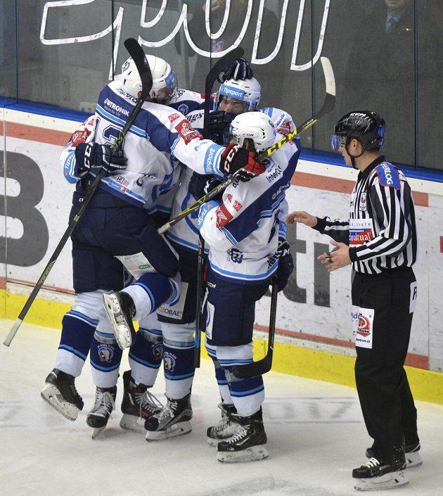Hokejisté Plzně se radují z prvního gólu proti Olomouci.