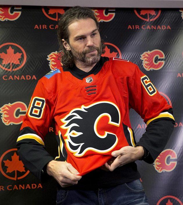 Hokejový útočník Jaromír Jágr v dresu Calgary po podpisu smlouvy.