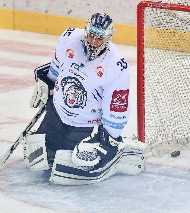 Brankář Liberce Roman Will inkasuje první gól během pátého zápasu semifinále play off hokejové extraligy s Piráty Chomutov.