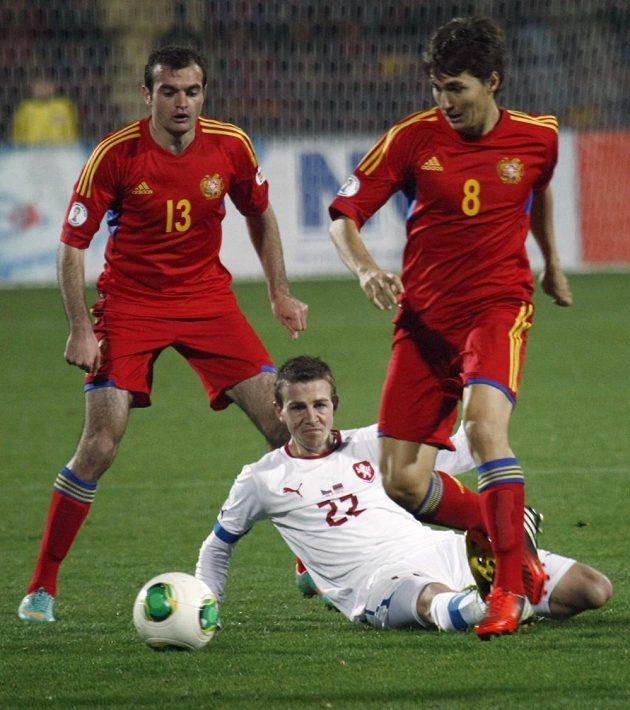 Kamo Hovhannisyan (vlevo) a Marcos Pinheiro z Arménie v souboji s Vladimírem Daridou v kvalifikačním utkání v Jerevanu.