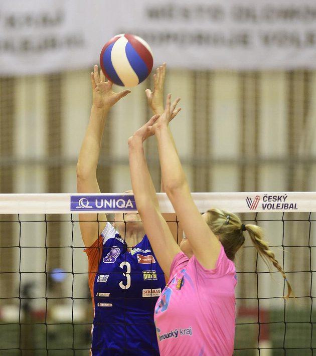 Veronika Trnková z Olomouce a Michaela Zatloukalová z Prostějova během finále volejbalové extraligy.