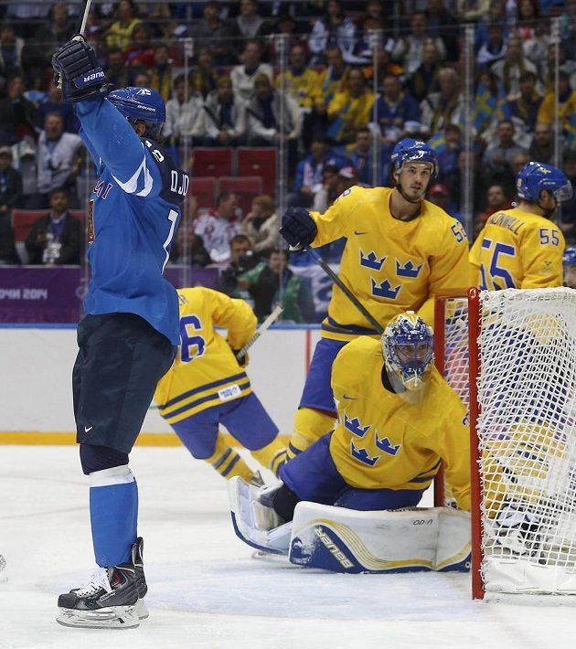 Olli Jokinen se raduje po vedoucím gólu.