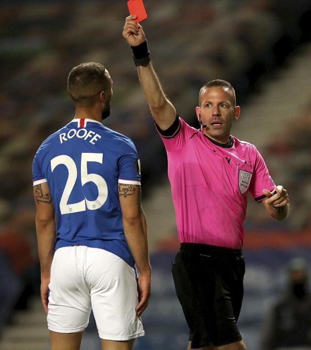 Za svůj hrubý zákrok viděl Kemar Roofe z Glasgow Rangers červenou kartu. Domácí nakonec dohrávali jen v devíti.
