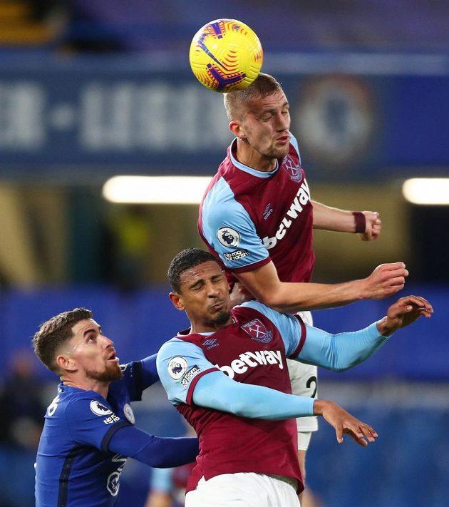 Tomáš Souček z West Hamu je nejvýš. V akci s ním je spoluhráč Sebastien Haller a Jorginho z Chelsea.