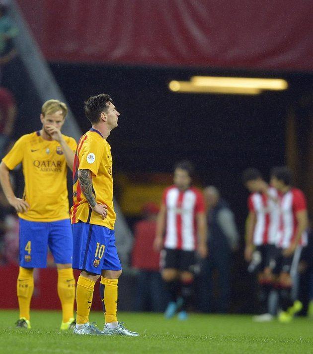 Zklamaní Ivan Rakitič (vlevo) a Lionel Messi z Barcelony po drtivé prohře s Bilbaem.