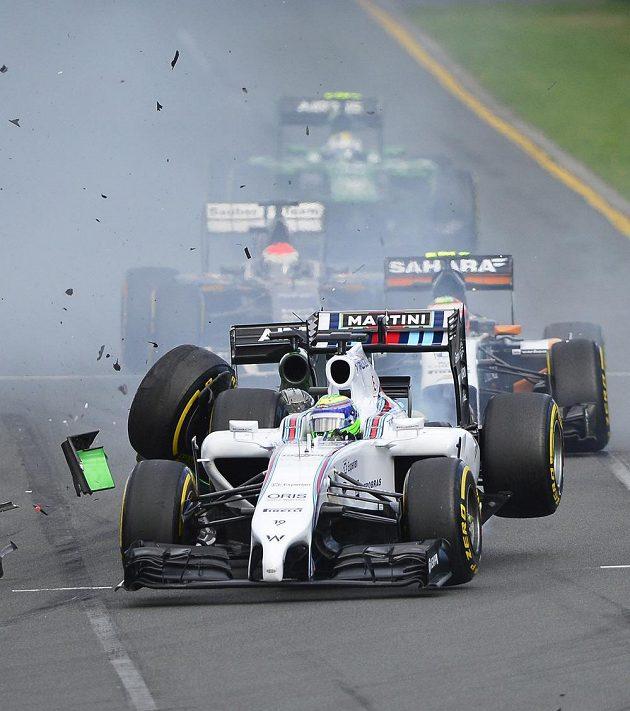 Dramatické chvíle na trati úvodního závodu sezóny F1.
