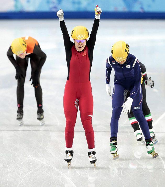 Rychlobruslařka Čou Jang se raduje z obhajoby svého vancouverského zlata na short tracku.