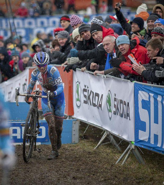 Fanoušci povzbuzují Kateřinu Nash na domácím cyklokrosovém mistrovství světa v Táboře.