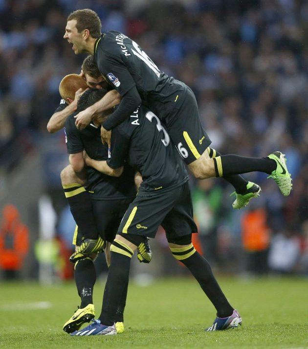 Fotbalisté Wiganu se radují z vítězného gólu Bena Watsona ve finále FA Cupu proti Manchesteru City.