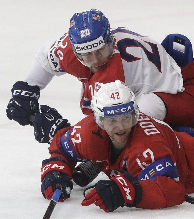 Petr Vrána (20) a Nor Henrik Odegaard.