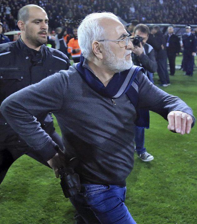 Majitel PAOK Soluň Ivan Savvidis se příliš nerozpakoval a šahal po zbrani.
