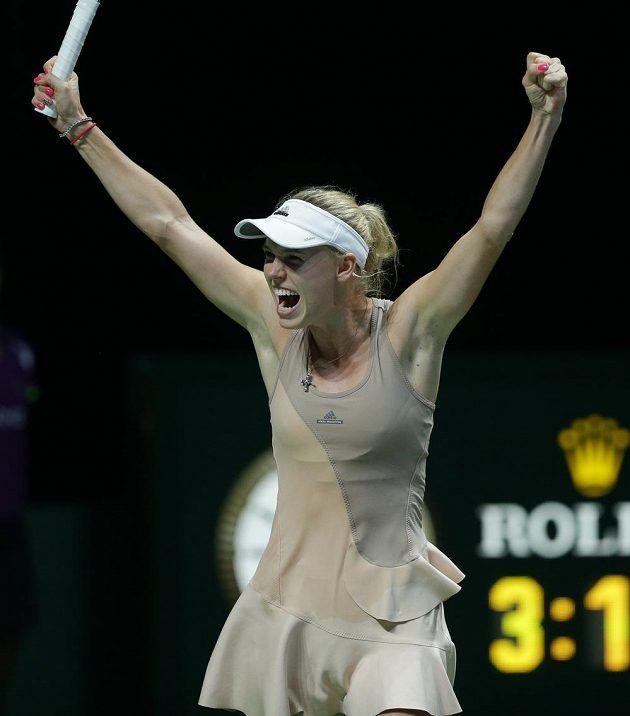 Dánská tenistka Caroline Wozniacká slaví vítězství nad Ruskou Marií Šarapovovou na Turnaji mistryň v Singapuru.