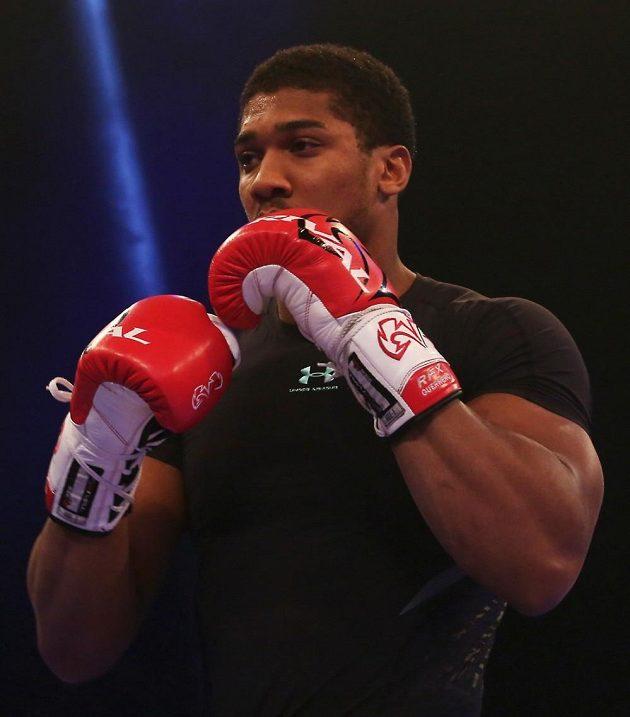 Britský boxer Anthony Joshua se chystá na bitvu s Ukrajincem Vladimirem Kličkem.