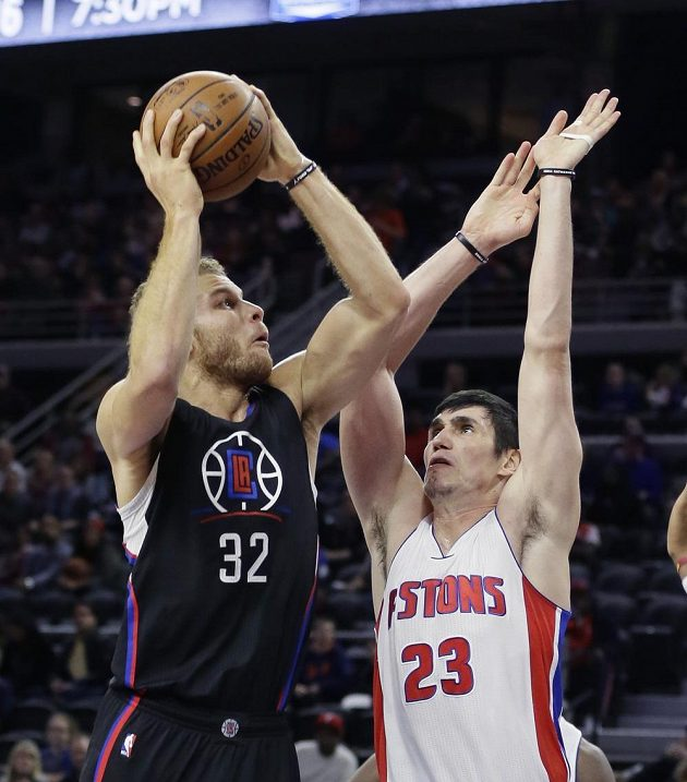 Blake Griffin (vlevo) z Los Angeles Clippers a Ersan Ilyasova z Detroitu Pistons.