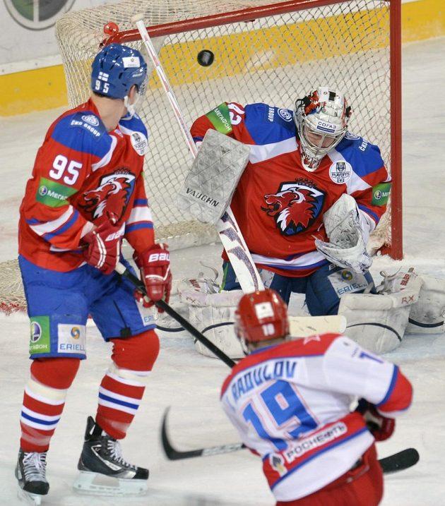 Igor Radulov z CSKA (vpravo dole) překonává brankáře týmu Lev Praha Tomáše Pöpperleho. Přihlíží Sami Lepistö.