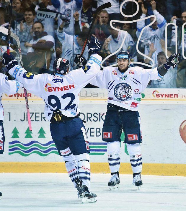 Liberecká radost. Autor druhého gólu proti Chomutovu Martin Bakoš (vpravo) a Branko Radivojevič.
