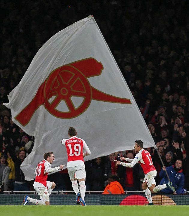 Alexis Sánchez (vpravo) dal druhý gól Arsenalu proti Dinamu Záhřeb a slavil se spoluhráči.