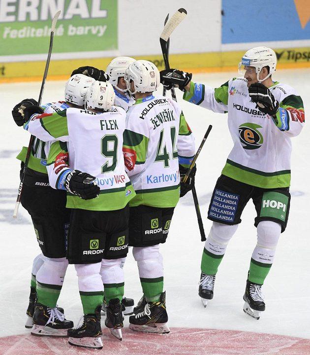 Hráči Karlových Varů se radují z gólu proti Spartě.