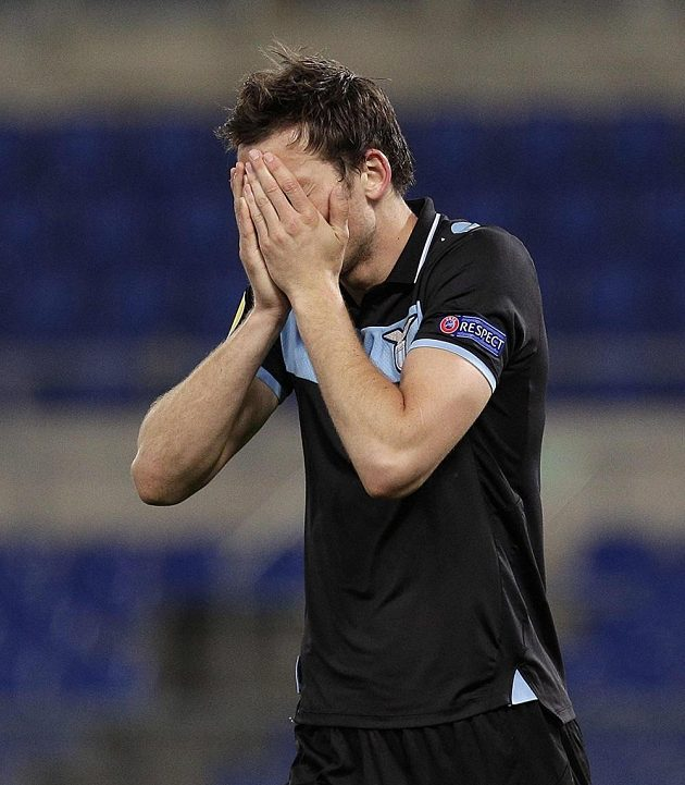 Zklamaný Libor Kozák z Lazia po vyřazení římského klubu z Evropské ligy tureckým Fenerbahce Istanbul.