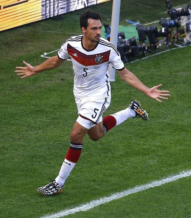 Mats Hummels se raduje z úvodního gólu ve čtvrtfinále MS mezi Německem a Francií.