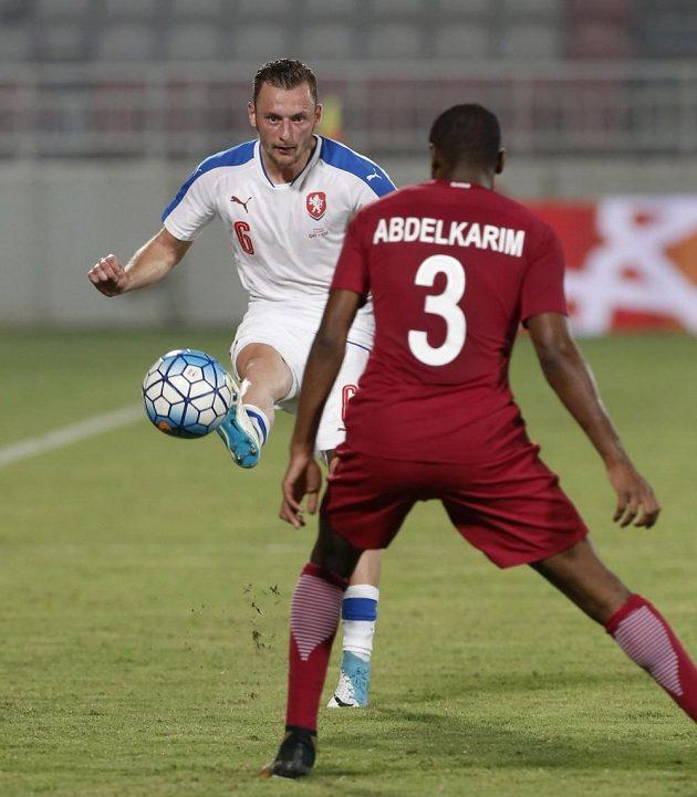 Vladimír Coufal v duelu s Katarem.