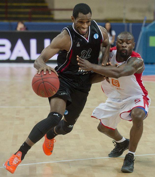 Antonio Graves z Quakenbrücku (vlevo) drží míč před Thomasem Massambou z Nymburku v utkání Evropského poháru basketbalistů.