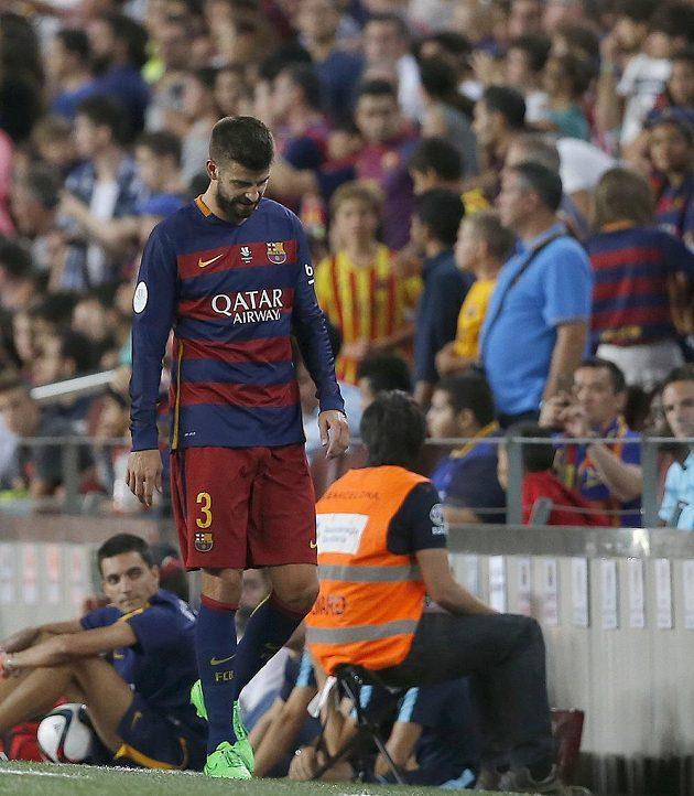 Vyloučení zadák Barcelony Gerard Piqué opouští trávník Camp Nou.
