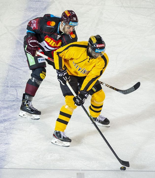Zleva Andrej Kudrna ze Sparty a Edwin Hedberg z Litvínova.