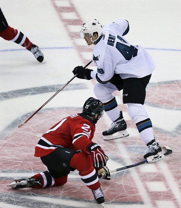 Útočník San Jose Sharks Tomáš Hertl pečetí gólem do prázdné branky z poloviny hřiště vítězství svého týmu nad New Jersey Devils v utkání NHL.