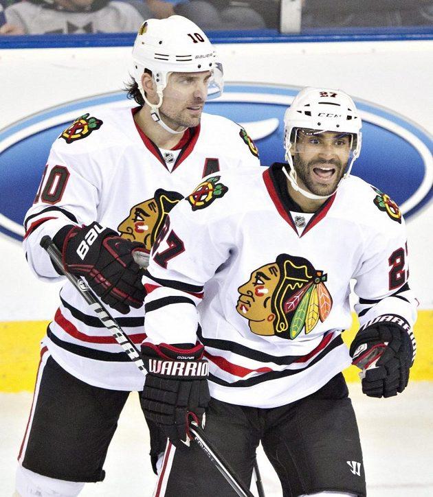 Hokejisté Chicaga se radují ze zisku Prezidentovy trofeje pro nejlepší tým základní části.