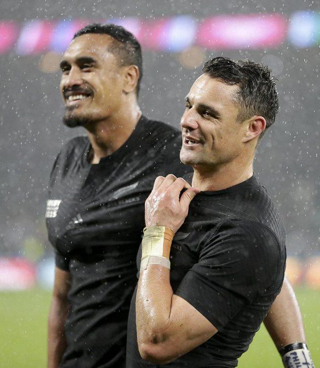Novozélandští ragbisté Dan Carter (vpravo) a Jerome Kaino se radují z vítězství nad Jihoafrickou republikou v semifinále MS.