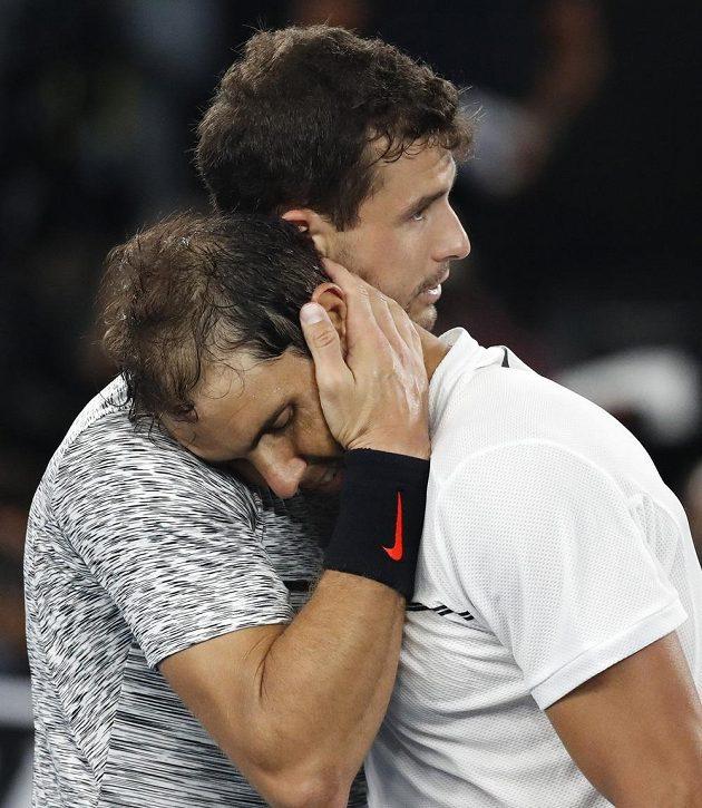 Španělský tenista Rafael Nadal si po vítězném semifinále Australian Open položil hlavu na rameno svého soupeře Grigora Dimitrova.