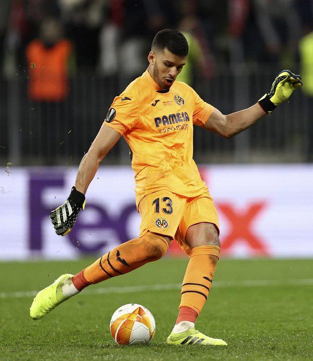 Brankář Villarealu Geronimo Rulli proměňuje penaltu v rozstřelu ve finále Evropské ligy. Španělský tým tam uspěl proti Manchesteru United.