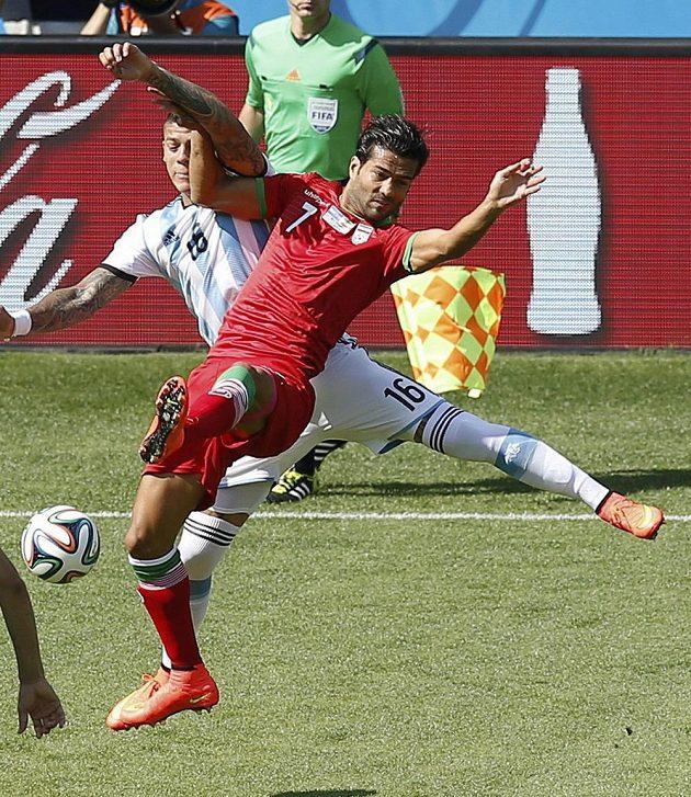 Íránec Šodžáí (vpravo) v ostrém souboji s Argentincem Rojem.