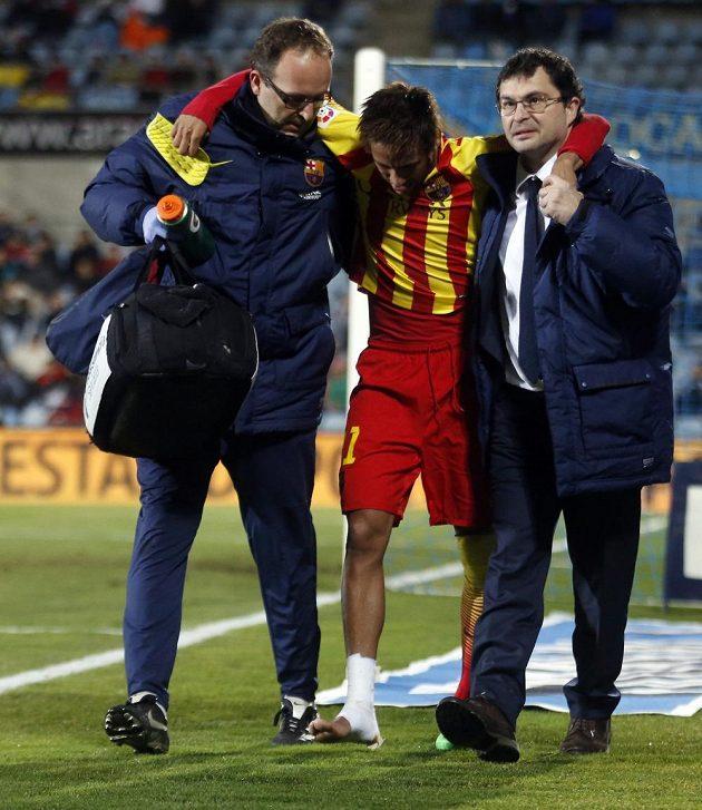 Zraněný Brazilec Neymar opouští za pomoci lékařů Barcelony trávník v pohárovém utkání s Getafe.