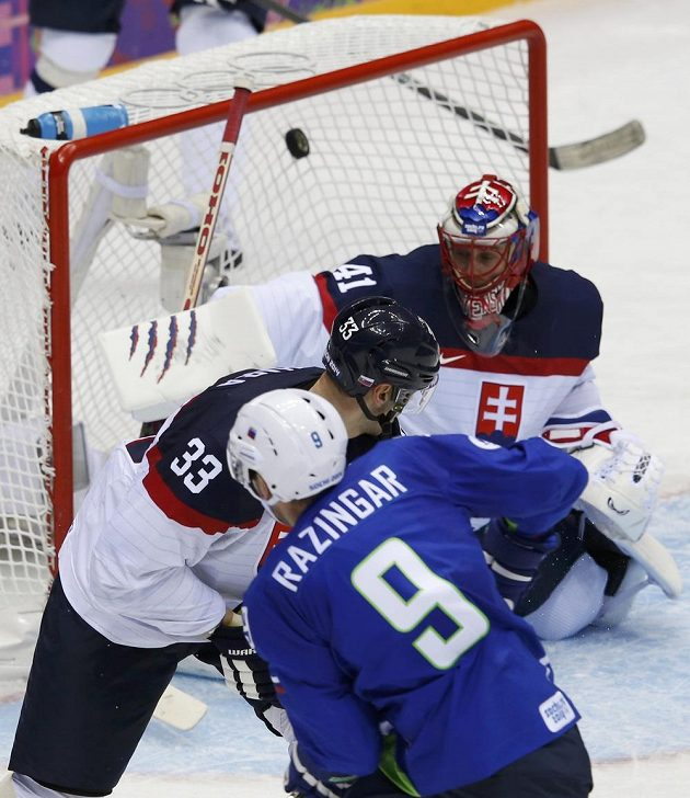 Ani slovenský kapitána Chára (č. 33) nedokázal zabránit vítěznému gólu Slovince Razingara.