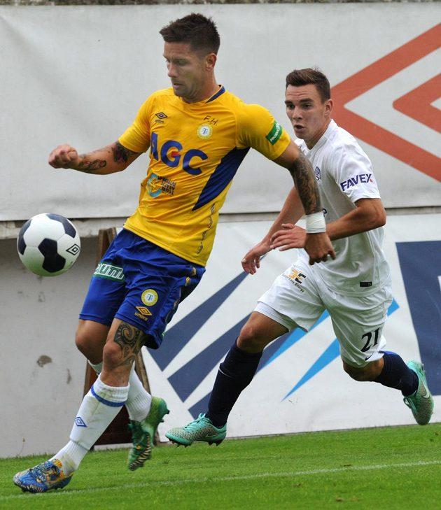 Teplický záložník Martin Fillo (vlevo) a obránce Slovácka Juraj Chvátal v zápase 2. kola Synot ligy.