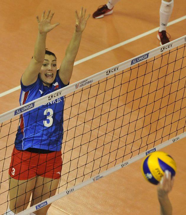 Volejbalistka Veronika Trnková v akci během utkání Evropské ligy s Ukrajinou.