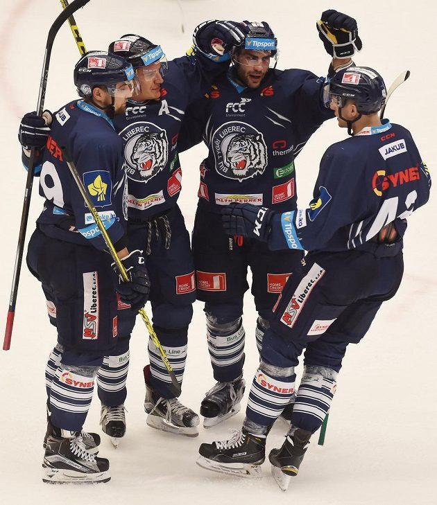Liberečtí hokejisté se radují z třetího gólu v Třinci. Druhý zleva je autor branky Branko Radivojevič.