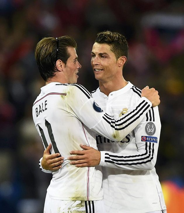 Portugalec Cristiano Ronaldo (vpravo) a Gareth Baleslaví vítězství v Superpoháru.