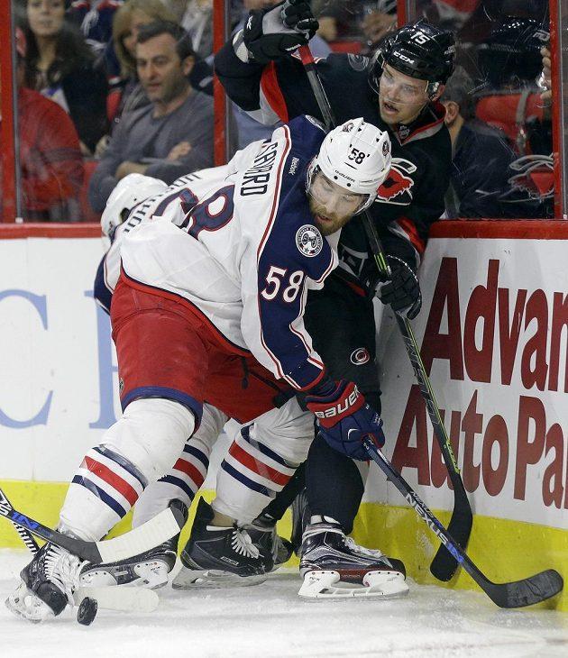 Český forvard Andrej Nestrašil (15) z Caroliny v souboji s Davidem Savardem (58) z Columbusu v zápase NHL.