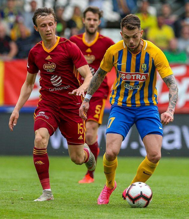 Zleva Daniel Tetour a Marek Hanousek z Dukly a Petr Zapalač z Opavy během utkání nejvyšší soutěže.